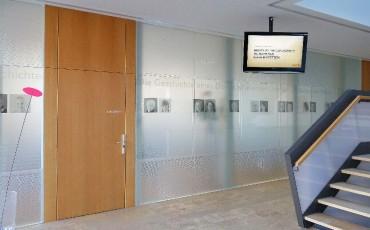 Folie auf Glas- fenster und Türen mit Foliendesign in Äzglasfolie satiniert:Werbung & Beschriftung in Mauerstetten - Metzig ist fetzig!